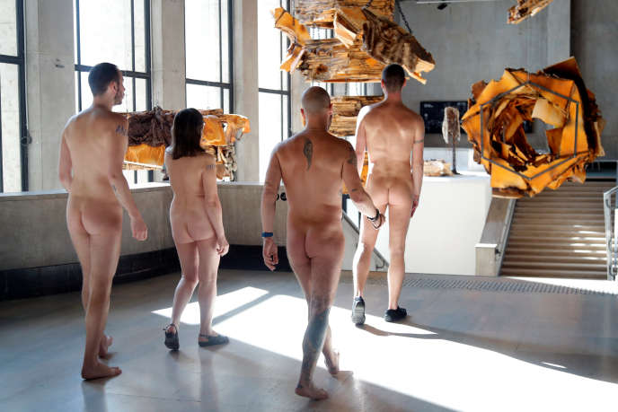 Visite sans vêtements du Palais de Tokyo à l'initiative de l'Association des naturistes de Paris, le 5 mai.