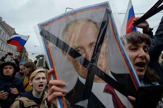 Les manifestants protestent contre l'investiture de Vladimir Poutine pour un quatrième mandat.