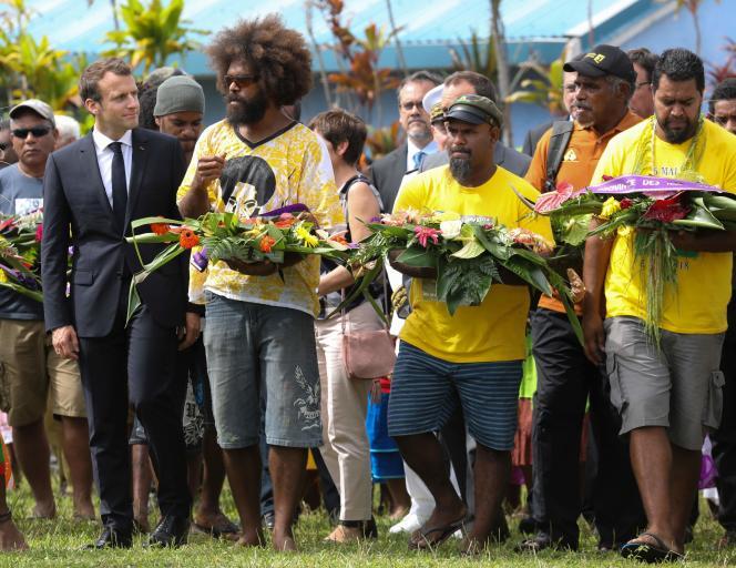 Emmanuel Macron lors d'un cérémonie de bienvenue sur l'île d'Ouvéa, le 5 mai.