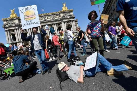 Pique-nique place de l'Opéra durant « la Fête à Macron» à Paris, le 5 mai.