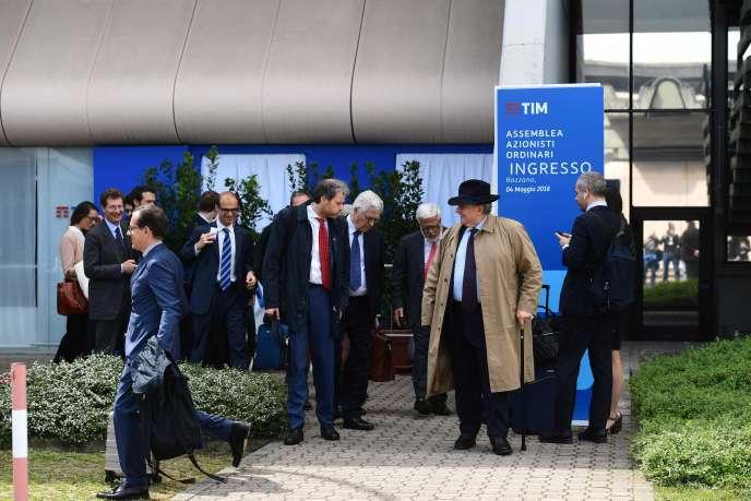 Des actionnaires de Telecom Italia, à Rozzano, au sud de Milan, le 4 mai.