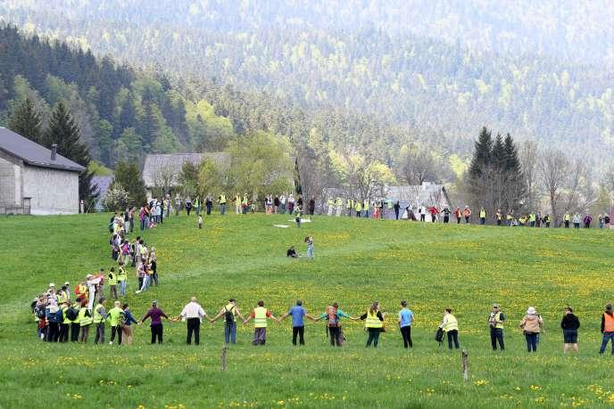 La chaîne humaine formée le 5 mai à Autrans-Méaudre (Isère) pour dénoncer l'installation de compteur communicants.