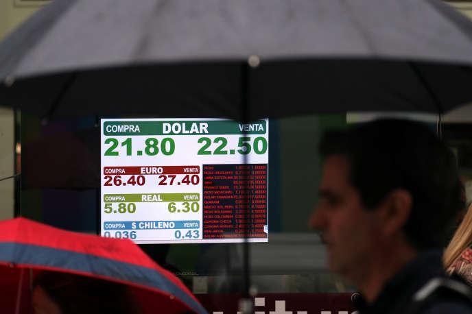 Dans une rue de Buenos Aires (Argentine), un tableau électonique affiche le cours du dollar américain et d'autres monnaies, le 4 mai.