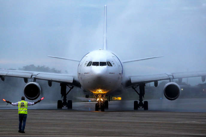 Un Airbus de la compagnie Joon, filiale du groupe Air France, inaugure la liaison entre Paris et Fortaleza, au Brésil, le 3 mai 2018.