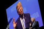 Invité à la convention annuelle de la NRA, vendredi 4 mai 2018, le président américain s'est une nouvelle fois exprimé sur les attentats de Paris, mimant cette fois les gestes des terroristes.