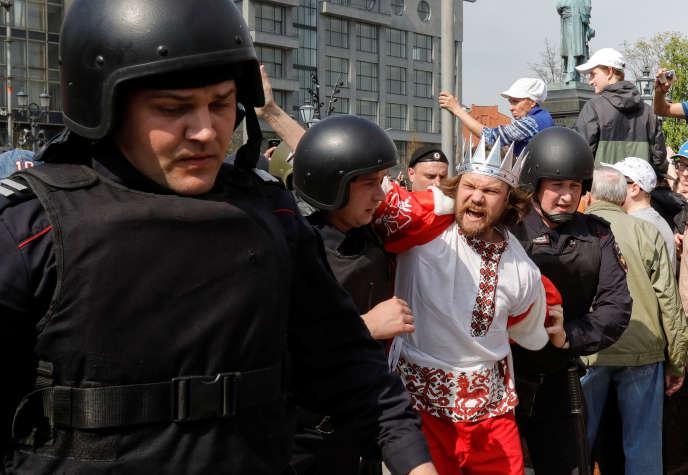 Un manifestant contre « le tsar Poutine» arrêté lors de la manifestation contre le président russe, à Moscou, le 5 mai.