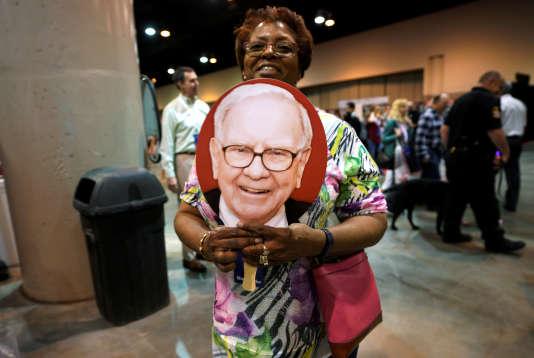 Une actionnaire de Berkshire Hathaway pose avec un portrait de Warren Buffet, lors de l'assemblée générale de sa compagnie, à Omaha (Nebraska), le 5 mai.