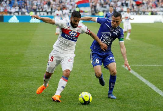 Nabil Fekir face au Troyen Karim Azamoum, le 6 mai 2018, à Lyon.