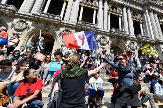 Un drapeau français portant le sigle du parti La France insoumise lors de« la Fête à Macron», place de l'Opéra, à Paris, le 5 mai.