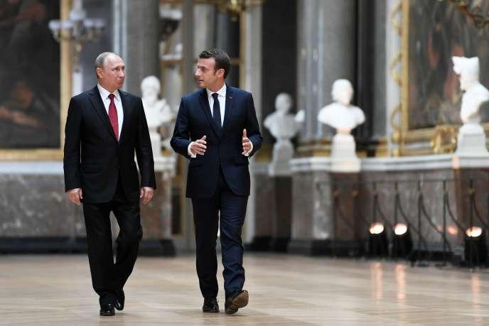 Emmanuel Macron et Vladimir Poutine avant leur conférence de presse commune au château de Versailles, le 29 mars 2017.