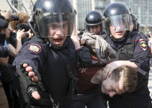 Arrestation d'un manifestant anti-Poutine, sur le square Pouchkine, à Moscou, le 5 mai.