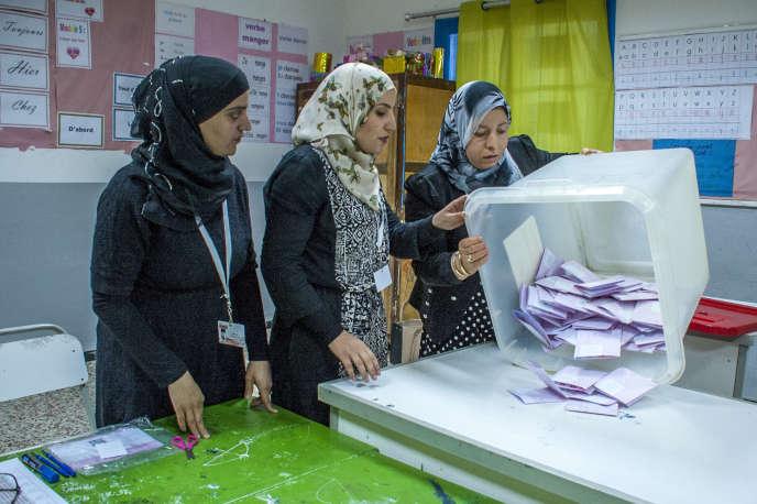 Dépouillement des votes dans un bureau de vote de Tunis, le 6 mai.