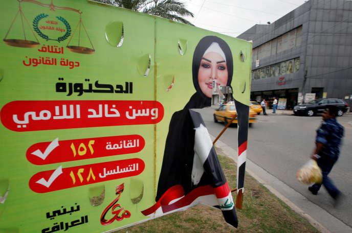 L'affiche déchirée d'une candidate aux législatives, à Bagdad, le 7 mai 2018.
