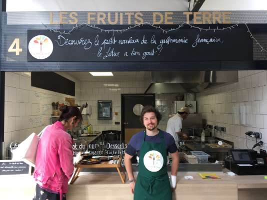 Adrien Lamblin devant son stand « Les Fruits de Terre », à La Commune.
