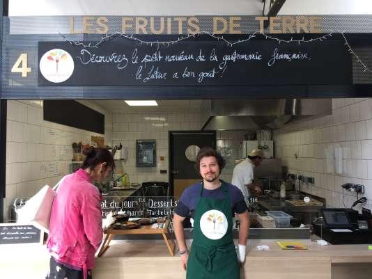 Adrien Lamblin devant son stand Les fruits de terre, à La Commune.