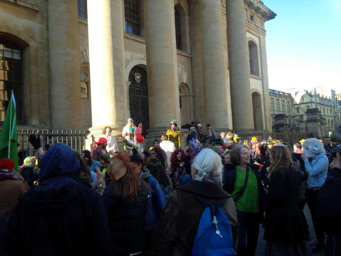 Foule hétéroclite pour écouter le chœur du Magdalen college, le 1er mai à Oxford.