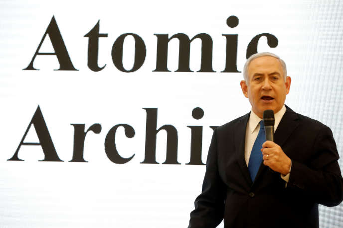 Benyamin Nétanyahou, présentant des dossiers confidentiels sur le programme nucléaire iranien,à Tel Aviv, le 30 avril.