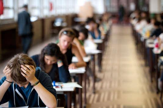 Des élèves de terminale commencent l'épreuve de philosophie du baccalauréat en 2011. AFP AFP PHOTO / MARTIN BUREAU / AFP PHOTO / MARTIN BUREAU