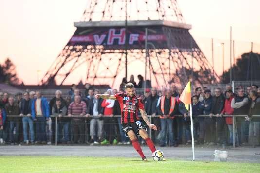 Le défenseur des Herbiers Adrien Pagerie, face à Laval,le 4mai,au stade Massabielle, où une réplique de la tour Eiffel a été érigée.