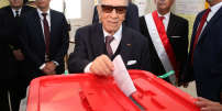 """A handout picture released by the office of the Tunisian President Beji Caid Essebsi shows him casing his vote at a polling station during local elections in Tunis on May 6, 2018.   Tunisia held its first free municipal elections as voters expressed frustration at the slow pace of change since the 2011 revolution in the cradle of the Arab Spring. / AFP PHOTO / Tunisian Presidency / Handout / RESTRICTED TO EDITORIAL USE - MANDATORY CREDIT """"AFP PHOTO / TUNISIAN PRESIDENCY"""" - NO MARKETING NO ADVERTISING CAMPAIGNS - DISTRIBUTED AS A SERVICE TO CLIENTS"""