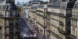 Plusieurs dizaines de milliers de personnes ont défilé contre les politiques d'Emmanuel Macron, le 5 mai, à Paris.