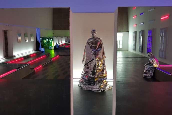 Emo de Medeiros,«)U(» (2018), installation immersive transmédia.