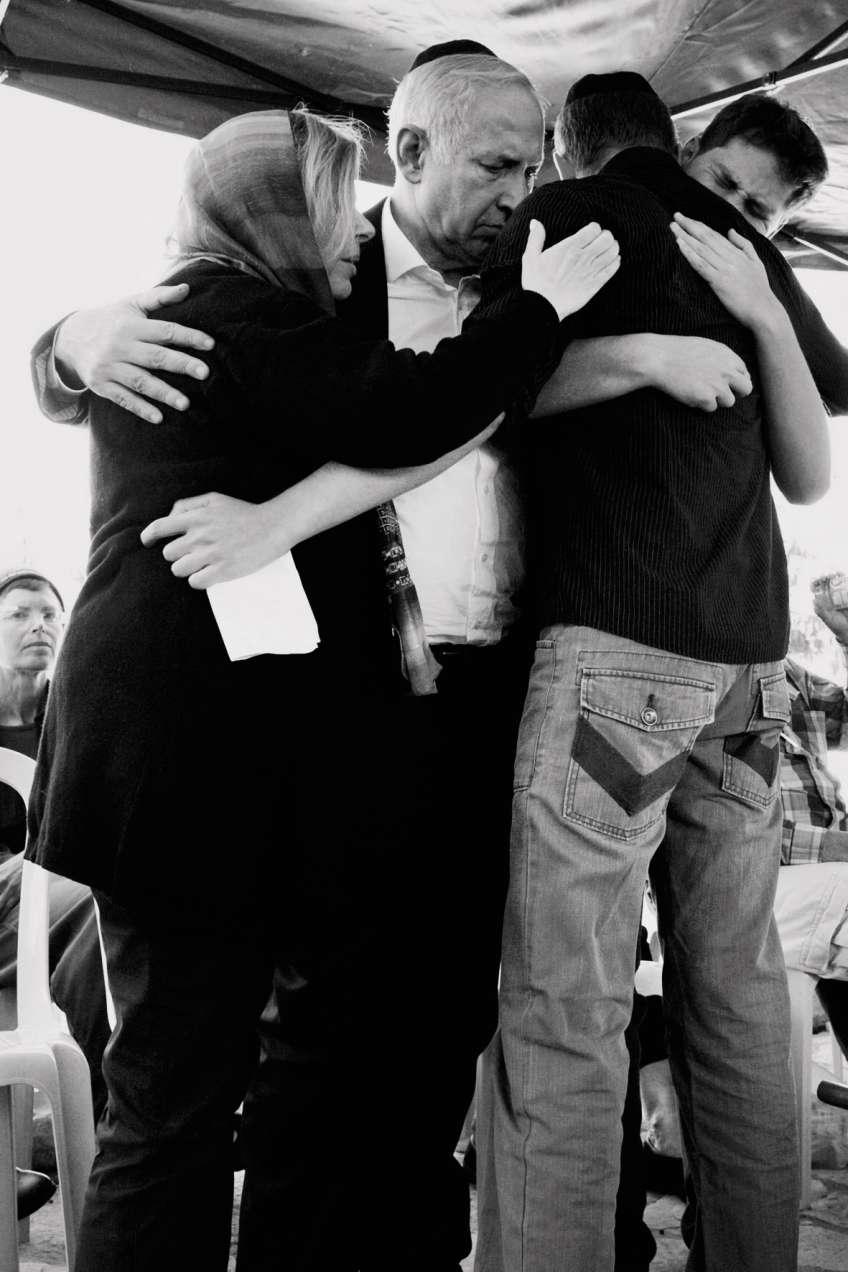 La famille montre un front uni face aux accusations. Ici, lors des funérailles du père de Sara Nétanyahou, en 2011.