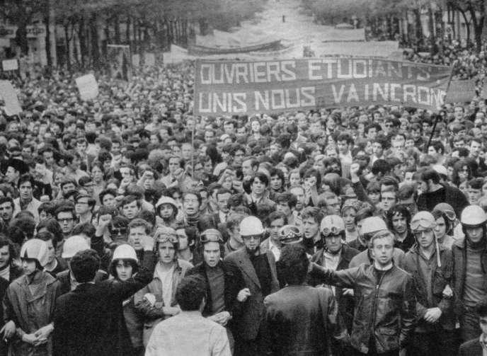 Mai 68. Les occupations d'usines se multiplient à Paris et en province; le mouvement de grève gagne le trafic aérien, la RATP, la SNCF, la distribution des journaux est perturbée.