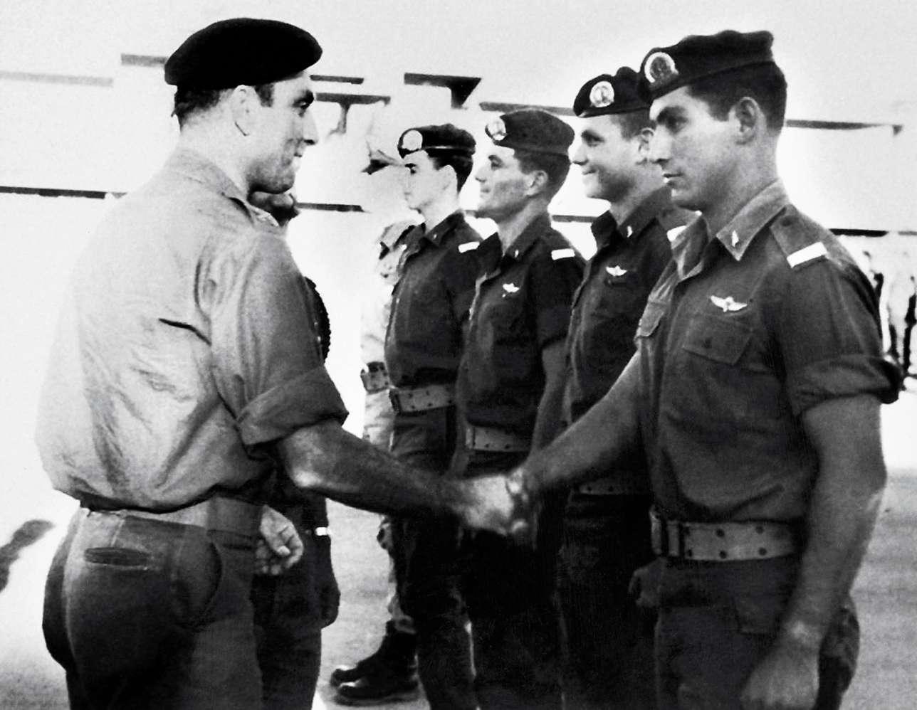 Benyamin Nétanyahou suit des études aux Etats-Unis. Il effectue son service militaire et devient officier en Israël.