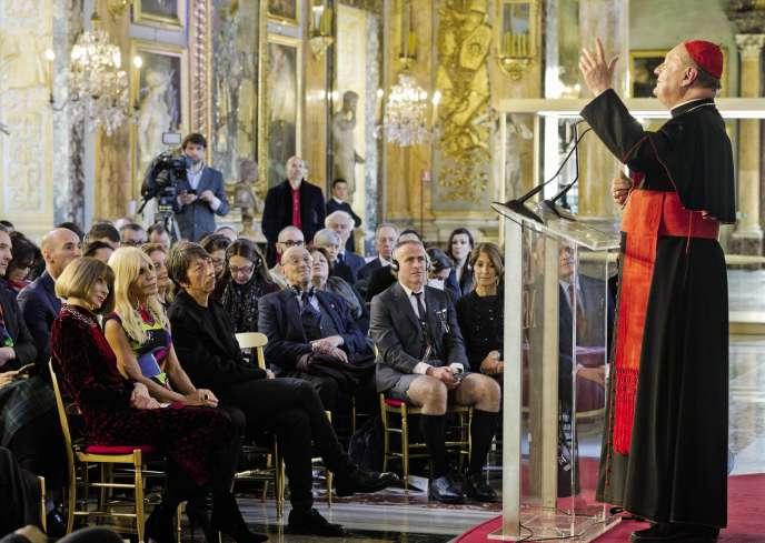 Le cardinal Gianfranco Ravasi présente une collaboration inédite avec le Metropolitan Museum of Art de New York, en présence d'Anna Wintour (à gauche) et Donatella Versace (à son côté), le 26 février à Rome.