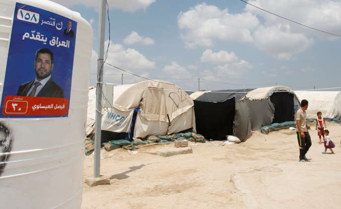 Une affiche de campagne dans le camp de déplacées d'Amriyat Al-Fallouja, le 30 avril.