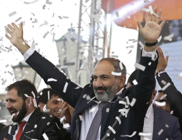 Ancien opposant, le nouveau premier ministre arménien, Nikol Pachinian, est acclamé par la foule, le 8 mai 2018.