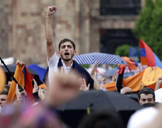 Des dizaines de milliers de partisans de Nikol Pachinian célèbrent son élection au poste de premier ministre, le 8 mai 2018 à Erevan, en Arménie.