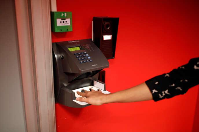 Une employéeutilise ses données biométriques pour accéder au data center Equinix de Pantin, près de Paris, en décemlbre 2016.