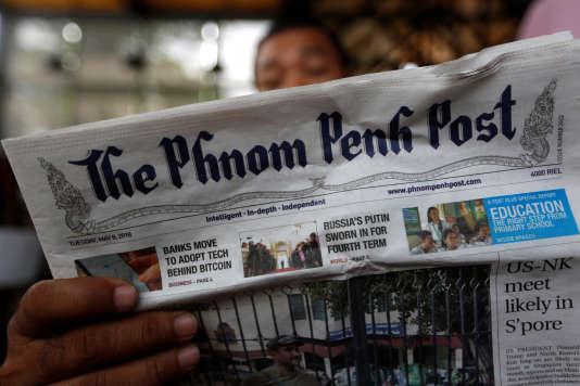 Un homme lit le quotidien anglophone « Phnom Penh Post» dans un café de Phnom Penh, le 8 mai 2018.