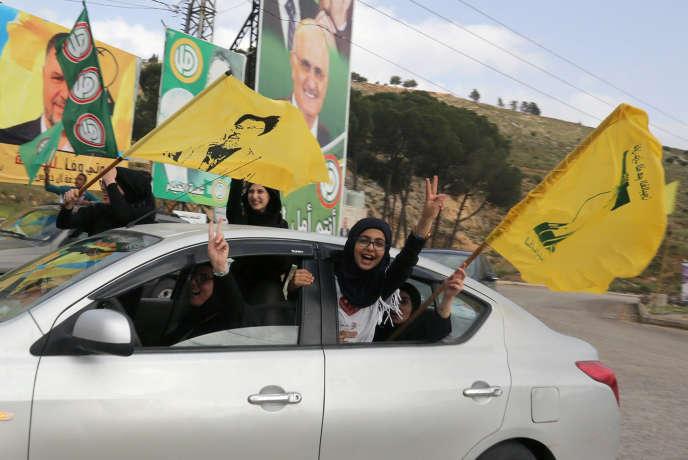 Des supporteurs du mouvement Hezbollah célèbrent les résultats de leur parti aux élections législatives, à Marjayoun (Liban), le 7 mai.
