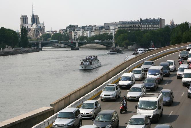 Des automobiles le long de la Seine à Paris, en juillet 2009.
