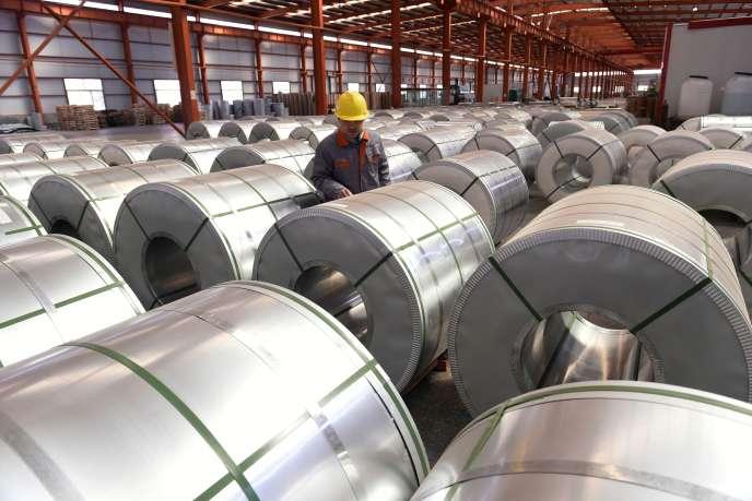 Contrôle des rouleaux d'aluminium dans une usine à Zouping, en Chine, le 7 avril.