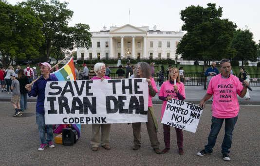 Des membres du groupe Code Pink, opposé à la guerre, manifestent devant la Maison Blanche, pour la sauvegarde de l'accord nucléaire avec l'Iran,lundi 7 mai.