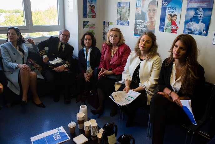 Marlène Schiappa (à droite), secrétaire d'Etat à l'égalité, dans un centre d'information sur les droits des femmes, à Trappes, le 2 mai.
