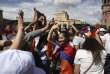 Des jeunes Arméniens fêtant le départ du premier ministre Serge Sarkissian,à Erevan, le 23 avril 2018.