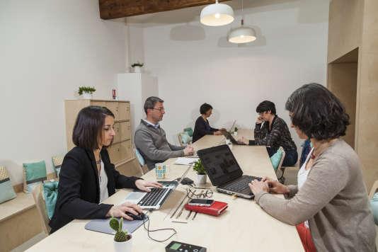 Situé à Tassin-la-Demi-Lune, commune de l'Ouest lyonnais, Mix Coworking propose un espace de travail ouvert et partagé, un espace café, de petits bureaux et une salle de réunion.
