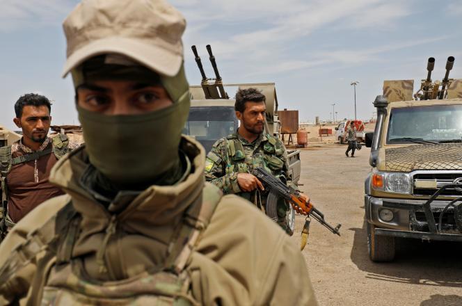 Des membres des Forces démocratiques syriennes, près d'Abou Kamal, dans l'est de la Syrie, le 1er mai.