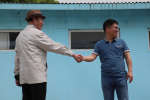 Le temps d'une photo, deux touristes rejouent la poignée de main entre le dirigeant nord-coréen Kim Jong Un et le président sud-coréen Moon Jae-in.