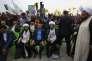 Qaïs Al-Khazali (assis, à droite), lors d'un rassemblement de sa formation, la Ligue des vertueux, à Bagdad, le 7 mai.