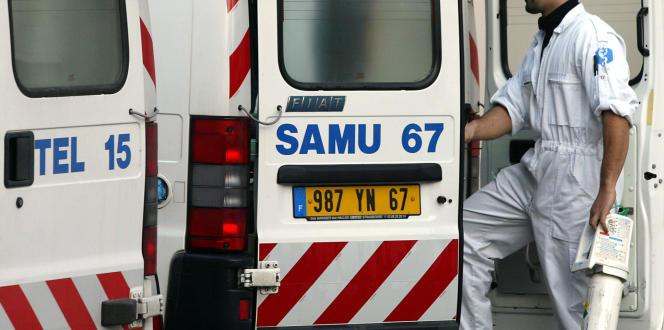Un ambulancier du SAMU des Hospices civils de Strasbourg, en décembre 2001.