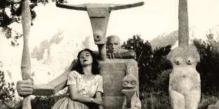 Max Ernst etDorothea Tanning devant la sculpture «Capricorne», en 1947.