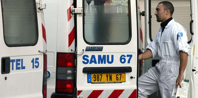 Un ambulancier du SAMU des Hospices civils de Strasbourg intervient à la suite d'un appel, le 31 décembre 2001.