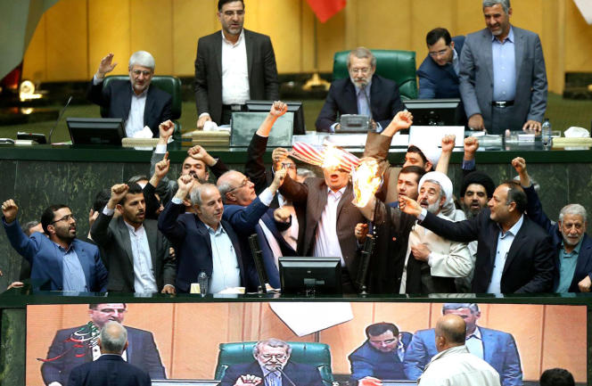 Des parlementaires ultraconservateurs brûlent symboliquement l'accord et un drapeau américain, au Parlement, à Téhéran, le 9 mai 2018.