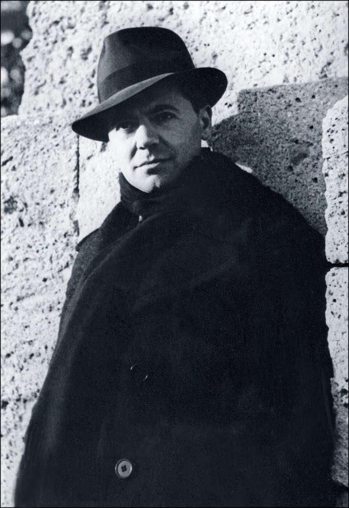 Photo prise en octobre 1940 du résistant français Jean Moulin, né en 1899 et mort lors de son transfert en Allemagne en 1943. La photo fut prise par Marcel Bernard, un ami d'enfance et photographe amateur, et remise en 1974 par Laure la soeur de Jean Moulin au Centre national Jean Moulin à Bordeaux.